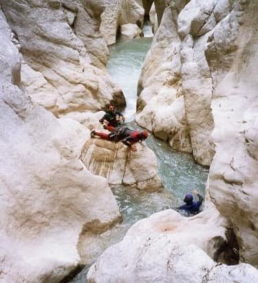 Dans le canyoning il n'y a plus de marqueur de hiérarchie, tout le monde est en combinaison d eplongée.