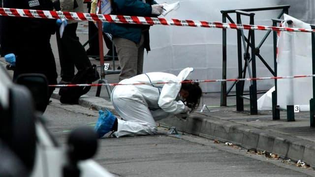 Enquêteurs à l'oeuvre devant le collège-lycée confessionnel Ozar Hatorah, à Toulouse, après la fusillade de lundi matin. Faits-divers sans précédent en France, l'assassinat de trois militaires puis de quatre personnes devant une école juive dans le Sud-Ou