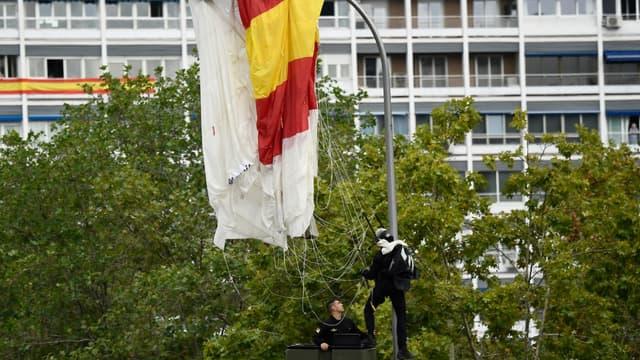 Un parachutiste heurte un lampadaire en plein défilé militaire à Madrid en Espagne, le 12 octobre 2019