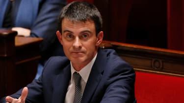 Sur le banc de l'Assemblée nationale, Manuel Valls écoute les critiques de l'opposition.