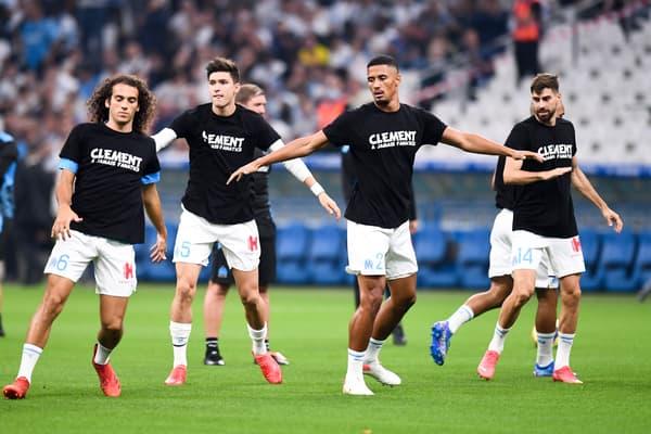 Les joueurs de l'OM avec le t-shirt en hommage à Clément