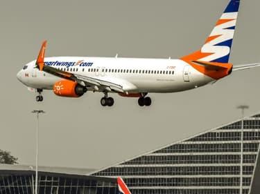 Un avion atterrissant à l'aéroport de Lille-Lesquin.