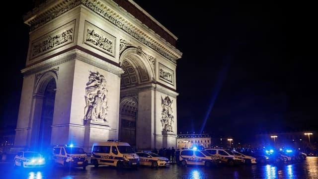Des policiers se sont réunis lundi au pied de l'Arc de Triomphe pour protester contre les propos d'Emmanuel Macron.