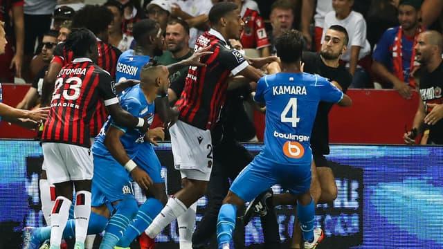 Des joueurs de l'OM et de Nice face à un supporter, à Nice le 22 août 2021