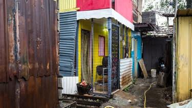Habitations dans un quartier de Cayenne, en Guyane, le 6 avril 2017.