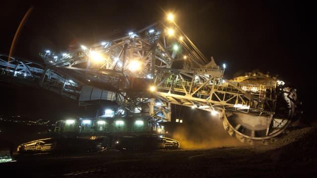 Malgré la forte baisse des cours, les grands miniers continuent à investir.
