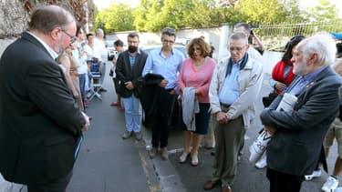 Une vingtaine de personnes se sont rassemblées mardi soir devant le centre hospitalier de Reims où se trouve Vincent Lambert, patient tétraplégique en état végétatif.