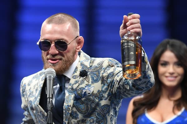 Conor McGregor avec une bouteille de son whisky (avec la première version du nom, Notorious, retiré ensuite car déjà déposé) en août 2017 après son combat contre Floyd Mayweather