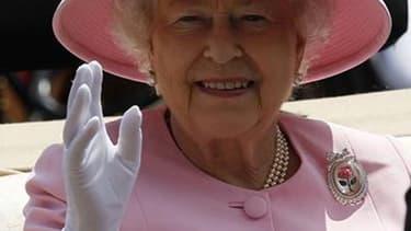 La reine Elizabeth, dont les sujets viennent de fêter en grande pompe le jubilé de diamant , a une autre bonne raison de se réjouir: ses revenus vont faire un bond de 20% pour atteindre 36 millions de livres par an. /Photo prise le 20 juin 2012/REUTERS/St