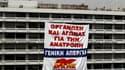"""Une banderole """"Organisez-vous et luttez pour un renversement. Grève générale"""" déployée par le syndicat communiste grec Pame sur la façade du ministère des Finances, à Athènes. La Grèce recevra sans doute en juillet une nouvelle tranche d'aide de la part d"""