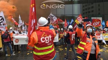 Plus d'une centaine de salariés du groupe Suez -400 selon la CGT- ont manifesté ce mardi devant la Tour Engie de la Défense à l'appel de l'intersyndicale  pour protester contre l'OPA projetée par Veolia
