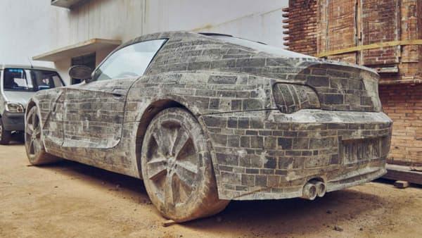 A part les vitres, tout le véhicule est entièrement en briques.