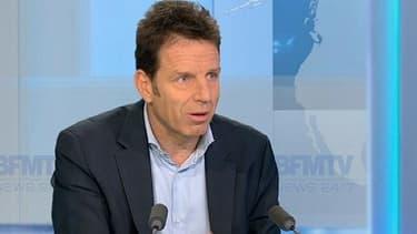 """Invité ce mardi 18 février sur BFMTV, Geoffroy Roux de Bézieux a appelé le gouvernement à """"arrêter de passer des lois en permanence""""."""