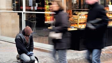 Dans certaines villes, le mobilier urbain est modifié pour repousser les sans-abri, déplore le président d'Emmaüs France.