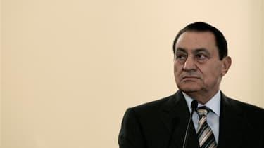 Moubarak, qui se trouvait jusqu'à présent dans l'aile médicalisée d'une prison, devait être transféré mardi soir vers un hôpital militaire du Caire, après avoir été victime d'une crise cardiaque et d'une attaque qui l'ont plongé dans le coma. /Photo d'arc