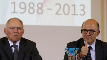 Le ministre français des Finances Pierre Moscovici (ici en compagnie de son homologue allemand Wolfgang Schäuble) a tenté mardi à Berlin de convaincre du sérieux de la politique menée en France, après le délai de deux ans accordé à l'Hexagone par la Commi