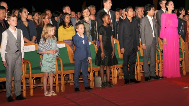 """Angelina Jolie entouré de ses six enfants lors de la première de """"D'abord j'ai tué mon père"""" au Cambodge le 18 février 2017"""