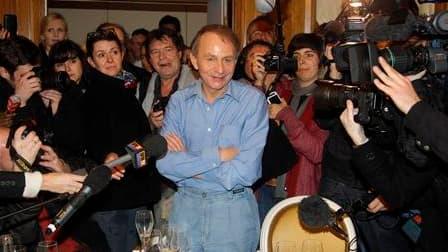 """Considéré par nombre de critiques comme son meilleur roman, """"La carte et le territoire"""" a offert à Michel Houellebecq le prix Goncourt. Une consécration pour l'atypique auteur de 54 ans, dont chacun des livres publiés depuis une douzaine d'années a créé l"""
