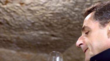 Nicolas Sarkozy, alors président de la République, un verre de vin blanc de Vouvray à la main, le 23 avril 2012.