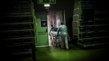 """Un malade atteint du Covid-19 transporté le 9 février 2021 au """"Portimao Arena"""", la grande enceinte polyvalente de cette ville de la région de l'Algarve transformée en hôpital de campagne"""