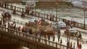Militaires déployés sur un pont menant à la place Tahrir, au Caire. Selon des témoins, des affrontements ont éclaté vendredi soir dans le centre du Caire entre partisans et opposants du président déchu Mohamed Morsi. /Photo prise le 5 juillet 2013/REUTERS