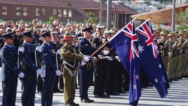 Les drapeaux néo-zélandais et australiens.