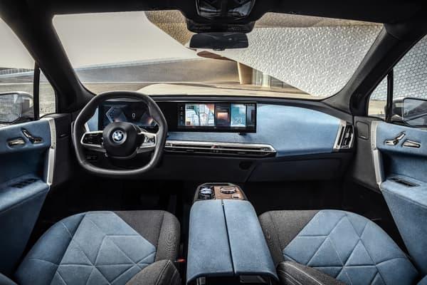 L'habitacle est équipé d'un écran incurvé faisant face au conducteur et intégrant à la fois le combiné d'instrumentation digital de 12,3 pouces et d'un autre de 14,9 pouces, le tout compatible 5G
