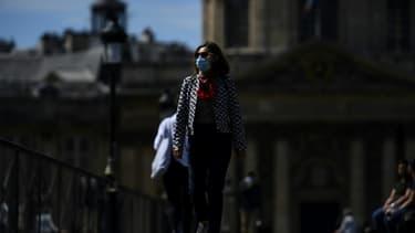 Une femme porte un masque de protection, Pont des Arts, le 18 mai 20202 à Paris