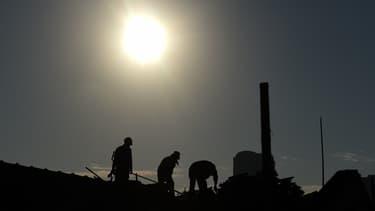 """Les travailleurs """"en toiture"""" devront notamment voir leurs horaires de travail aménagés pendant la canicule, a réclamé le ministre du Travail François Rebsalm"""