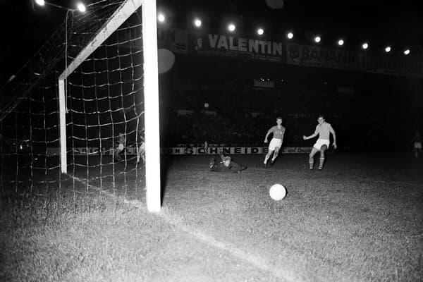 Le gardien soviétique Lev Yahcine (à terre) repousse un tir yougoslave lors de la finale de l'Euro 1960