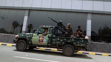 Des membres de la milice chiite Houthie patrouillent près de l'aéroport de la capitale Sanaa.