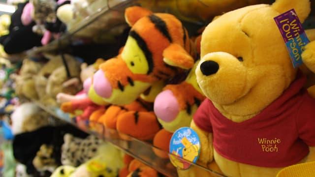 Une peluche Winnie l'Ourson placée sur le présentoir d'un magasin de jouets, le 6 décembre 2000 à Paris.