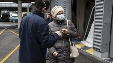 Une infirmière accueillant une patiente présentant les symptômes du coronavirus à l'hôpital Henri Mondor de Créteil