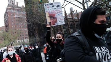 Des manifestants en train de protester contre la mort de Daunte Wright, un jeune homme noir mort dimanche près de Minneapolis.
