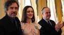L'actrice française Marion Cotillard et le cinéaste américain Tim Burton (à gauche) ont reçu lundi les insignes de chevalier et d'officier des Arts et des lettres des mains du ministre de la Culture, Frédéric Mitterrand (à droite). /Photo prise le 15 mars
