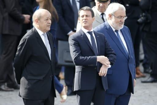 (G à D): le ministre de la Défense Jean-Yves Le Drian, le Premier ministre Manuel Valls et le Secrétaire d'État chargé des Anciens Combattants et de la Mémoire Jean-Marc Todeschini, sur les Champs-Elysées le 14 juillet 2015