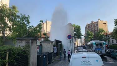 Un geyser déclenché par l'ouverture d'une bouche à incendie à Aubervilliers mercredi.
