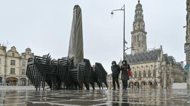 La Place des Héros à Arras le 4 mars 2021 à la veille du premier week-end confiné d'une longue série de quatre imposée au Pas-de-Calais
