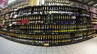 Le rayon des boissons alcoolisées dans un supermarché.