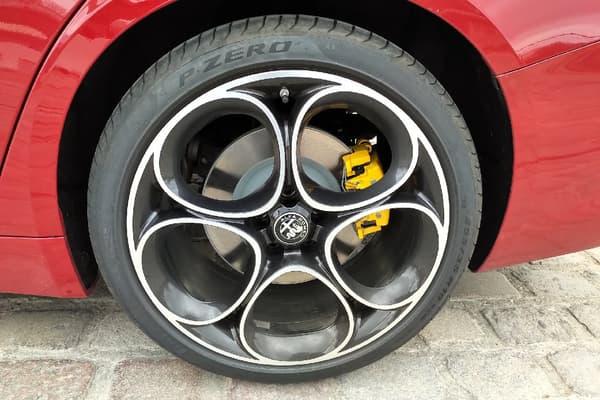 L'Alfa Romeo Giulia affiche des performances très honorables: 5,7 secondes du 0 à 100km/h.