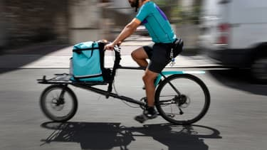 Un coursier à vélo exerçant pour la plateforme de livraison de repas Deliveroo. (image d'illustration)