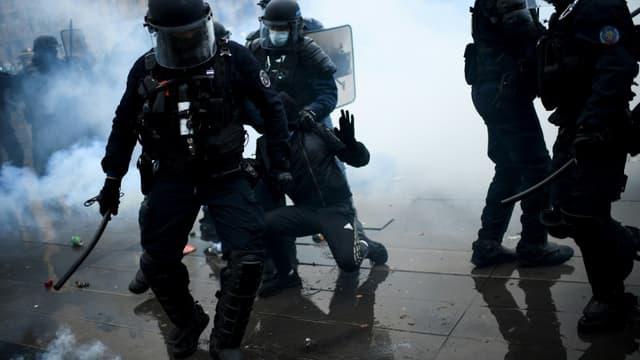 Des policiers arrestent un manifestant, le 30 janvier 2021 à Paris