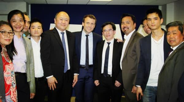 Emmanuel Macron lors de cette rencontre, Jacques Sun est l'homme à sa gauche portant des lunettes