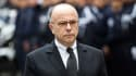 Bernard Cazeneuve écoute l'hymne national lors de sa visite à Marseille ce vendredi.