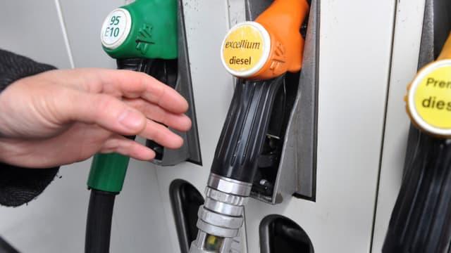 L'Elysée estime qu'un automobiliste moyen qui effectue 35 km par jour en voiture a économisé en moyenne 6 euros sur les cinq derniers mois