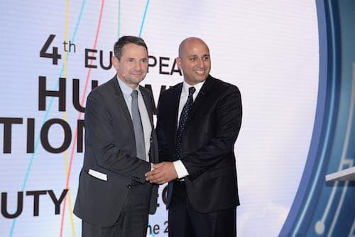 Thierry mandon, secrétaire d'Etat à l'Enseignement supérieur, félicite Merouane Debbah, chercheur en mathématiques et professeur à Centrale Supélec, spécialisé dans les télécommunications, qui prend la direction du centre de R&D de Huawei.