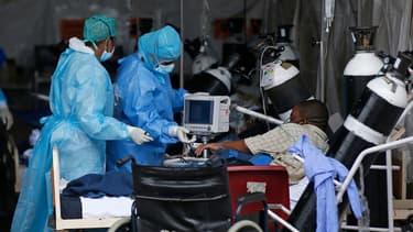 Un patient attend dans la zone réservée au cas possible de Covid-19, à l'hôpital de Pretoria, en Afrique du Sud, le 11 janvier 2021.