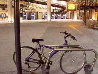 Le décret comprend aussi une longue liste de gares du réseau SNCF et du RER francilien, avec pour chacune d'elles le nombre minimal de places de stationnement sécurisé pour les vélos