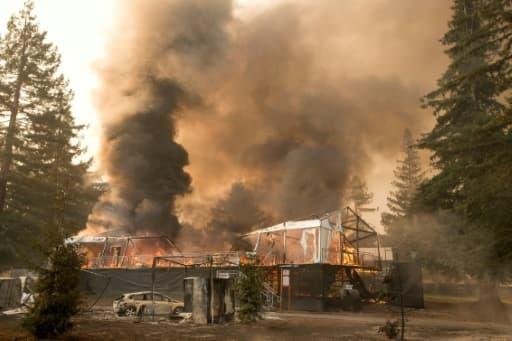 Un bâtiment brûle sur un parcours de golf à Napa, Californie, le 9 octobre 2017