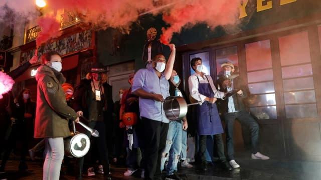 Des restaurateurs et propriétaires de bars protestent le 29 octobre à Paris contre les nouvelles restrictions qui leur sont imposées.